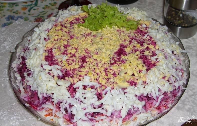 Украшаем верхушку салата тертыми желтками и остатками яичного белка. Перед подачей на стол, поместите салат в холодильник на несколько часов. Приятного аппетита!