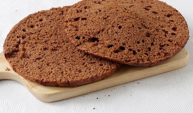 7. Готовые коржи нужно подрезать немного по форме тарелки, на которой будет подаваться торт. Затем аккуратно разрезать вдоль на 2 коржа каждый. А обрезки станут отличным украшением.