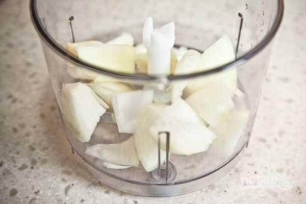 1.Очистите луковицу от шелухи, затем нарежьте ее крупно и выложите в чашу блендера, можно воспользоваться мясорубкой для фарша, измельчите лук.