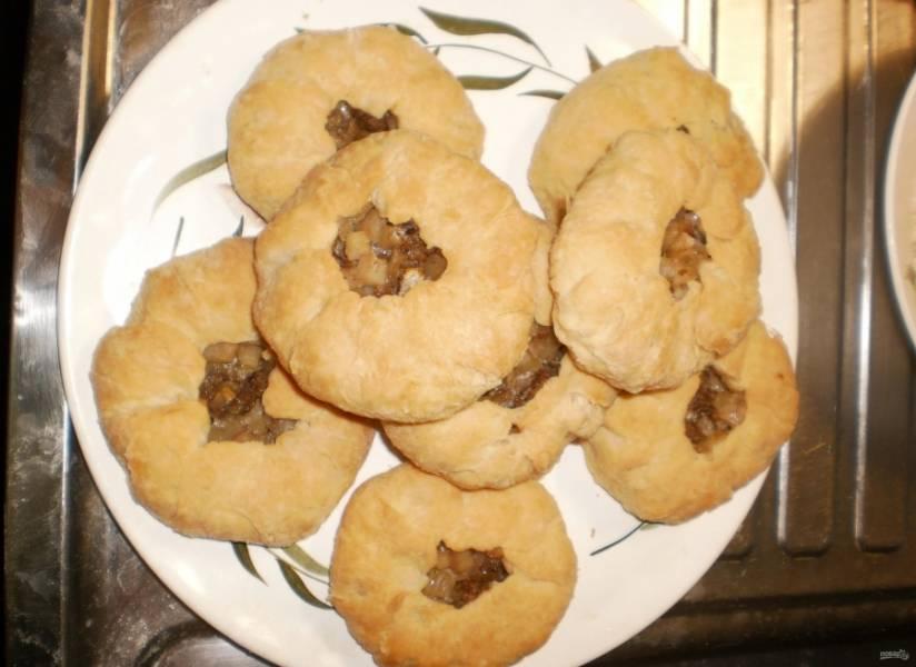 10.Достаю ароматные и вкусные беляши из духовки, подаю их к столу. Приятного аппетита!