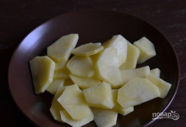 Картофель отчистите от кожуры и вымойте. Нарежьте клубни на небольшие кусочки.