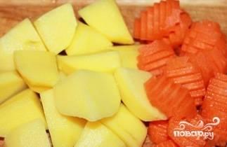 Морковь и картофель почистите, помойте и нарежьте произвольными некрупными кусочками.