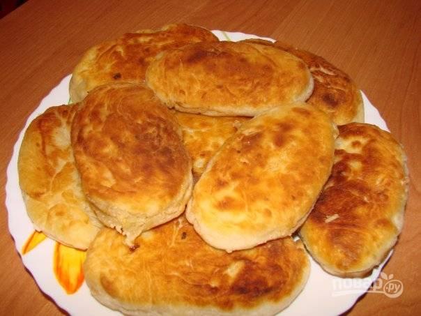 Обжарьте пирожки в разогретом масле на сковороде с обеих сторон. Приятного аппетита!