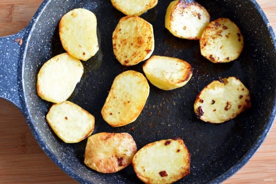 Пока мясо тушится, подрумяньте в сковороде из-под мяса картофель половинками.