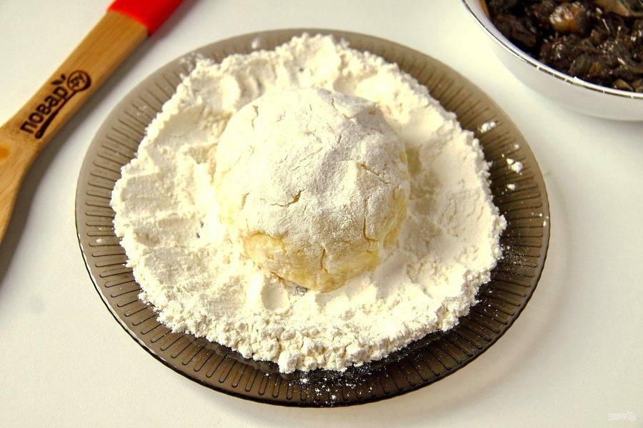 Подверните края и заверните начинку, формируя пирожок.