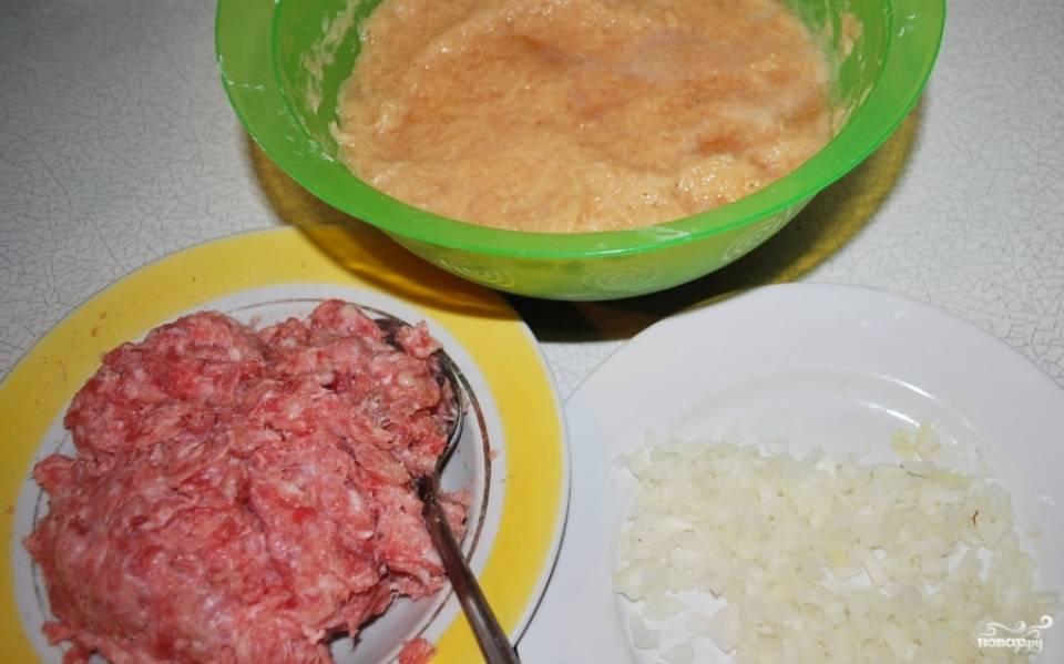 1. Вот все ингредиенты. Картошку и лук моем, чистим, трем на мелкой терке. Пока что пусть лежат на разных тарелках. В фарш добавим соль и специи, картошку слегка отжимаем от лишней жидкости, добавим яйцо и соль, перемешаем. Можно добавить ложку муки, если хотите сделать драники поплотнее.
