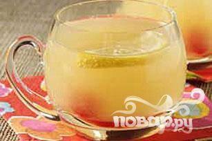 3. В чаше для пунша смешать соки и концентрат лайма (или же свежевыжатый сок).
