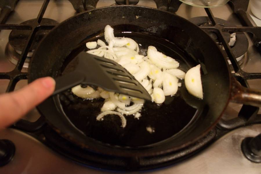 На сковороде обжариваем репчатый лук до легкого румянца. Не перепалите.
