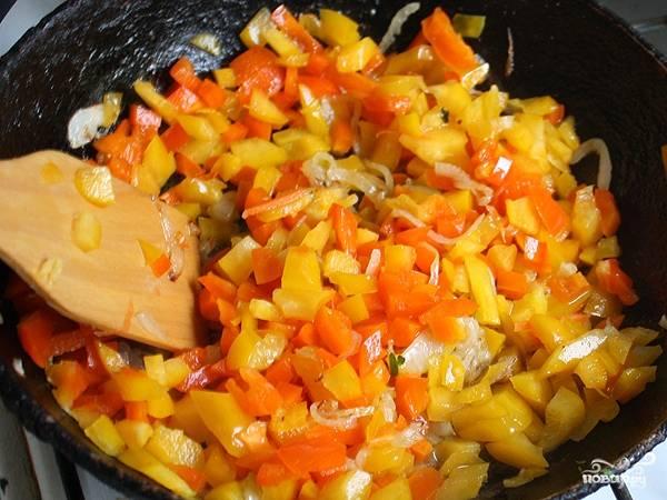 В сковороде разогреваем масло и обжариваем на нем лук, затем добавляем перец, обжариваем еще несколько минут и добавляем морковь.