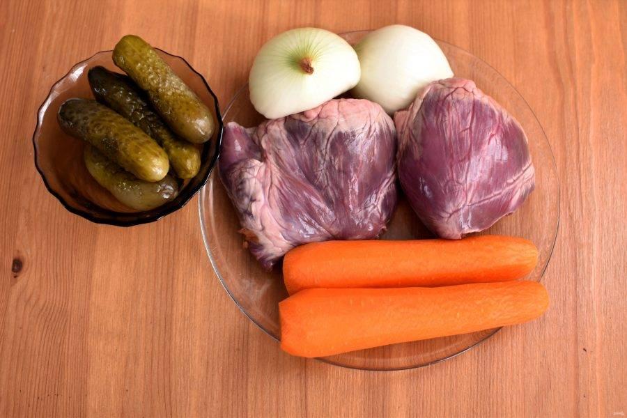 Подготовьте необходимые ингредиенты. Сердце поставьте вариться с луком и кореньями.