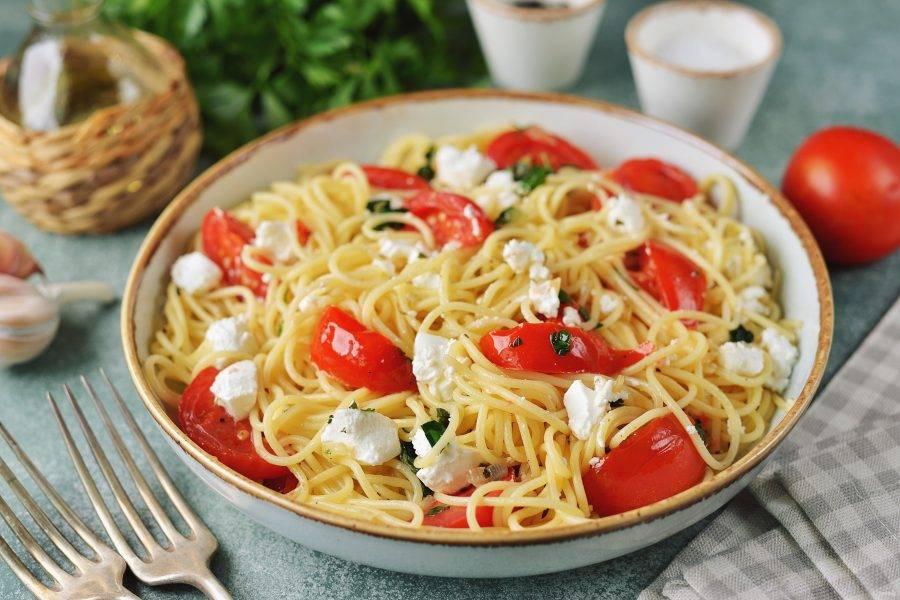 При подаче сбрызните все ароматным оливковым маслом и подавайте к столу сразу же после приготовления. Спагетти с сыром фета и помидорами готовы. Приятного аппетита!