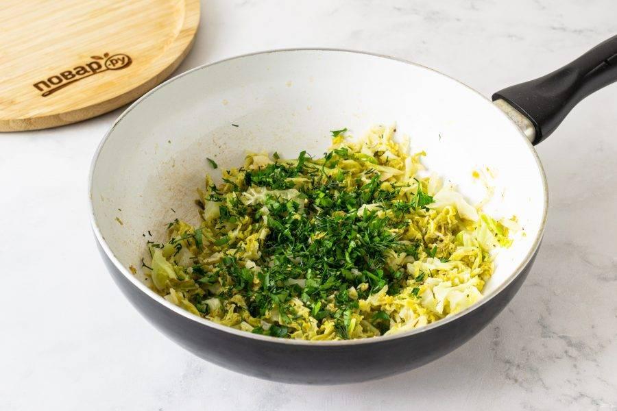 В конце добавьте мелко порубленную зелень, перемешайте и снимите с плиты.