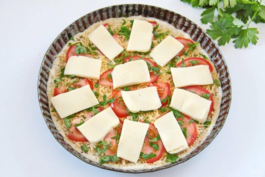 10. На помидоры выложите оставшийся сыр. У меня была моцарелла, я просто тонко ее нарезала и равномерно разложила сверху.