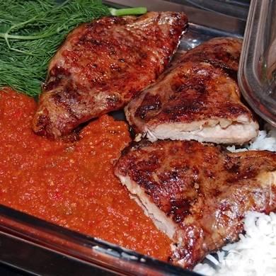 Когда сальник на мясе полностью растворится, а мясо покроется коричневой корочкой - значит, блюдо готово. Подаем нашу корейку с приготовленным домашним кетчупом, свежей зеленью и гарниром. Приятного! ;)