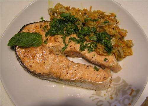 На тарелку выкладываем стейк, овощи и подаем к столу. Приятного аппетита!