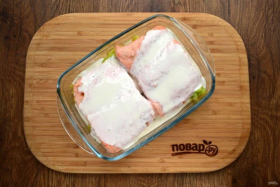 Поставьте запекаться в духовку при 180  °C на 20 минут. Для соуса соедините сливки и творожный сыр. Затем смажьте соусом филе рыбы. Поставьте запекаться еще на 15 минут без фольги.