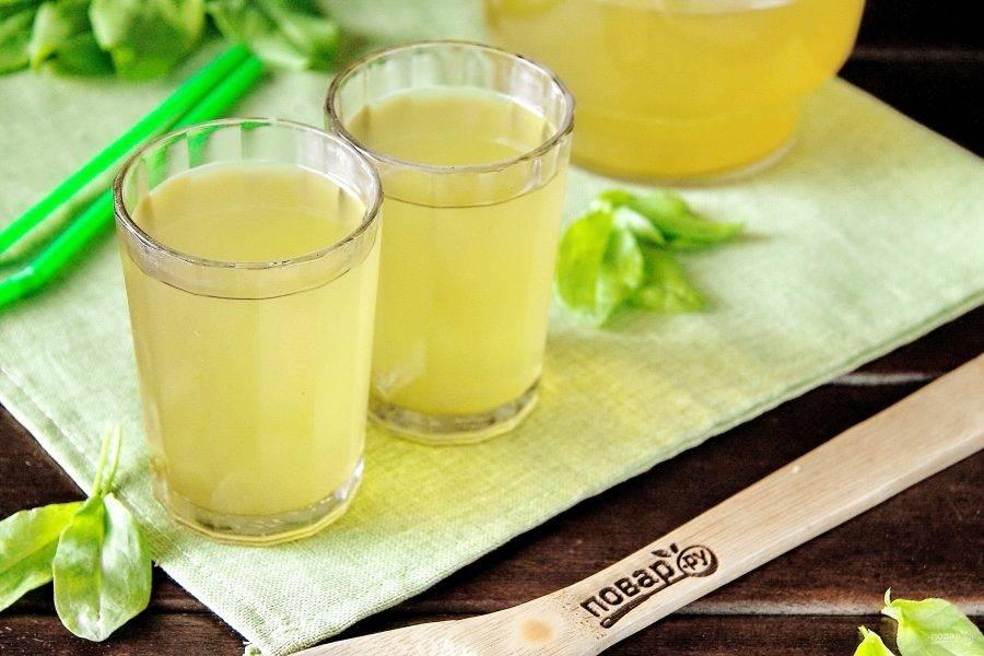 Готовый напиток лучше подавать охлажденным, можно с кубиками льда.