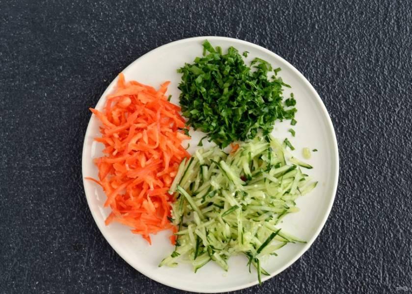 Огурец и болгарский перец нарежьте соломкой или натрите на корейской терке. Петрушку мелко порубите.