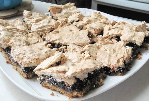 Нарезаем горячий пирог на порционный кусочки. Приятного аппетита!