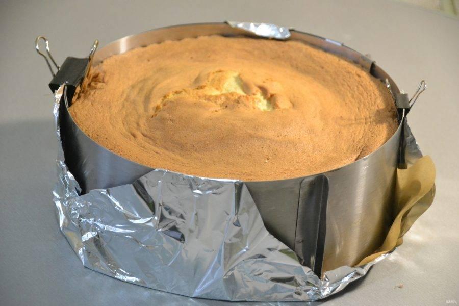 Готовый бисквит извлеките из духовки и оставьте в форме.