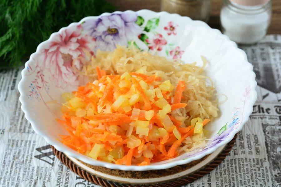 Смешайте квашеную капусту с остывшими овощами. Овощи добавляйте вместе с маслом со сковороды.