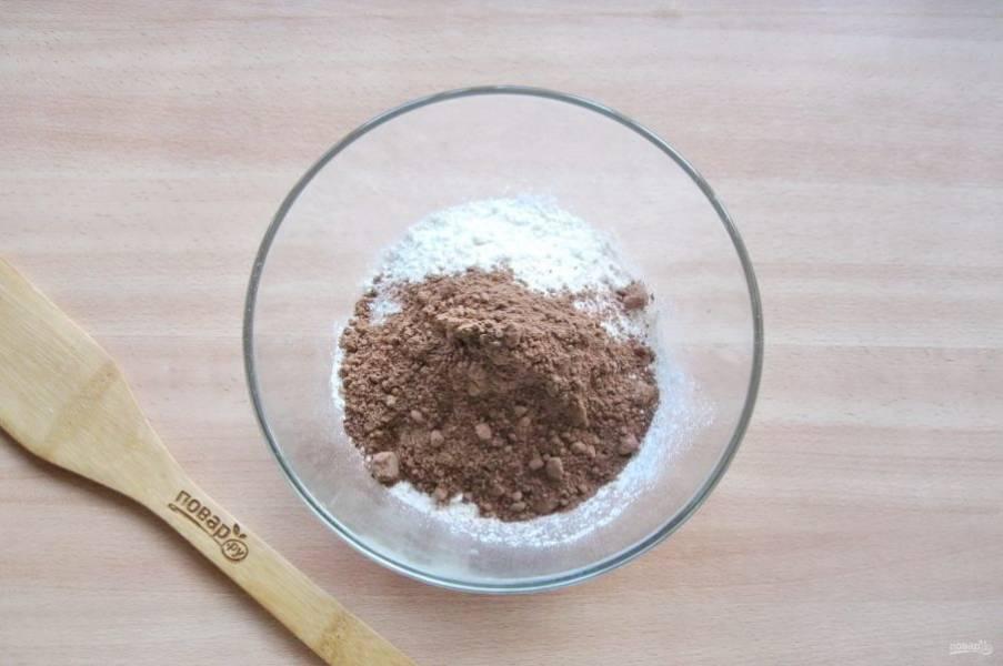 Насыпьте в миску муку и какао.