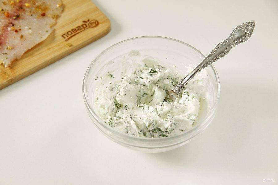 Творожный сыр соедините со свежей зеленью и перемешайте. Зелень подойдет любая сезонная, у меня укроп.