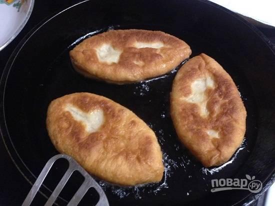 """Пока сковорода нагревалась, пирожки немного """"выросли"""", теперь их можно жарить. Жарим на огне чуть больше среднего с обеих сторон до румяности."""