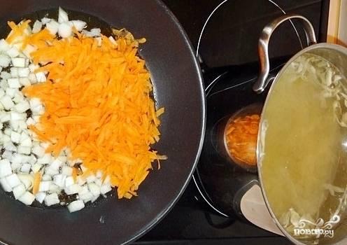 Разогреваем масло на сковороде, отправляем туда обжариваться лук с морковкой.