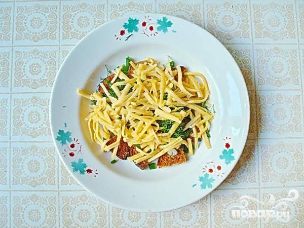3. Сухарики, зелень и тертый сыр выложите в супницу или порционные тарелки.