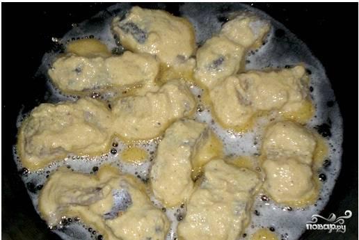 Затем хорошенько разогреваем сковородку с растительным маслом и каждый кусочек хорошенько обмакнув в кляр обжариваем.