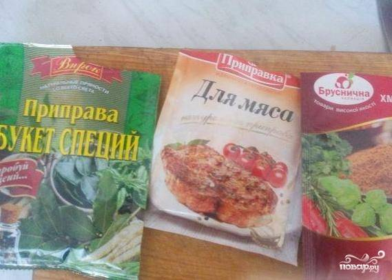4. Не забудьте добавить приправы для мяса (шашлыка), обязательно черный молотый перец и посолите по вкусу.