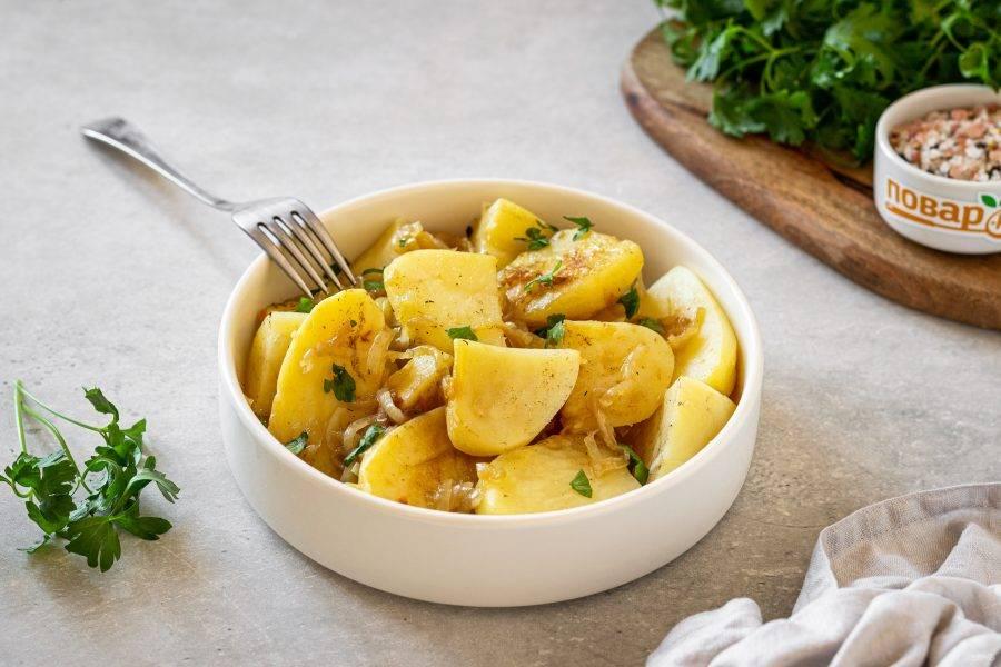 Переложите картофель с луком в тарелку, приправьте солью по вкусу. Приятного вам аппетита!