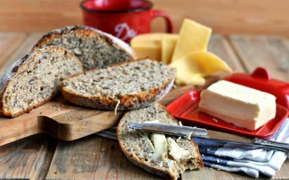 Очень вкусно подавать такой хлеб с маслом и сыром.