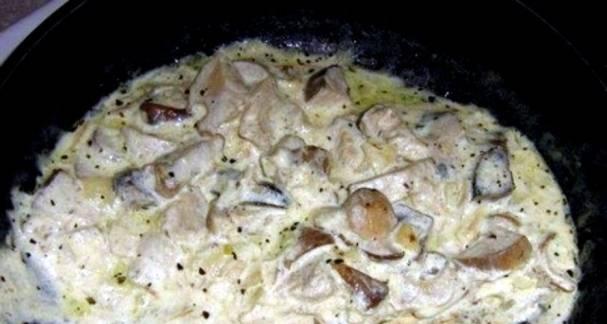5. Заливаем сметану, солим, перчим, добавим специи по вкусу.