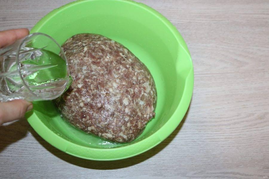 Говядину, свинину и сало пропустите через мясорубку. Хорошо вымешайте фарш и добавьте минеральную воду.