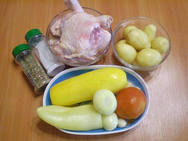 Приготовим продукты. Курицу и овощи вымыть. Курицу порубить на части. Овощи очистить.