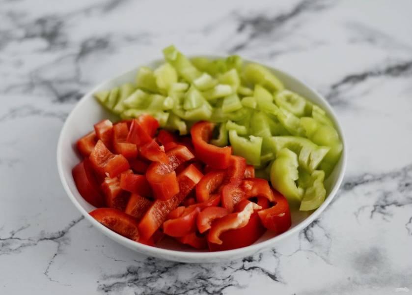 В это время подготовьте перцы. Отрежьте хвостики, удалите семена и нарежьте их на ломтики среднего размера.