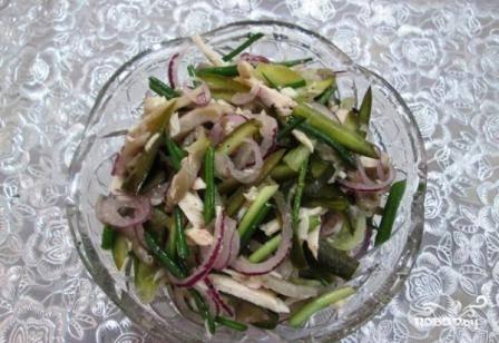 Смешиваем все ингредиенты для салата, добавляем по вкусу соль и перец и поливаем растительным маслом. Подаем к столу и кушаем с удовольствием.