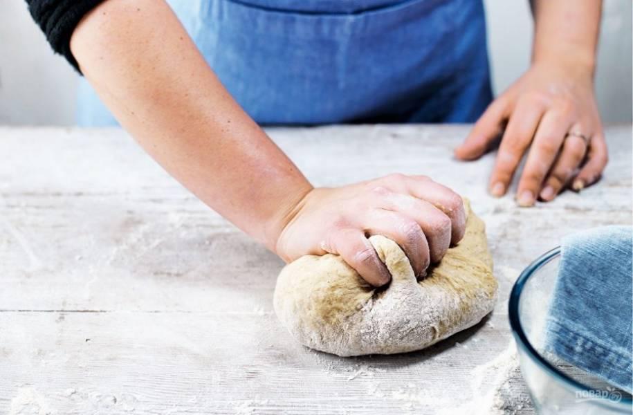 2. Замесите тесто в течение 10 минут, после чего отложите его на час в теплое место, чтобы оно увеличилось в размере.