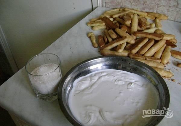 6. Важно не открывать духовку, пока пальчики не подрумянятся. После остудите их как следует. Параллельно приготовьте крем: взбейте сметану с сахаром.
