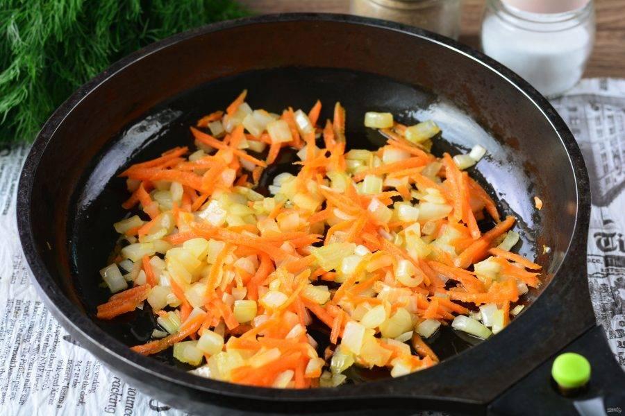 Обжаривайте овощи пару минут.