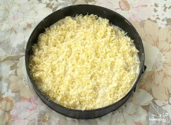 4.Сливочное масло (оно обязательно должно быть хорошо замороженным) натрите на крупной терке, покрывая им верх пирога.