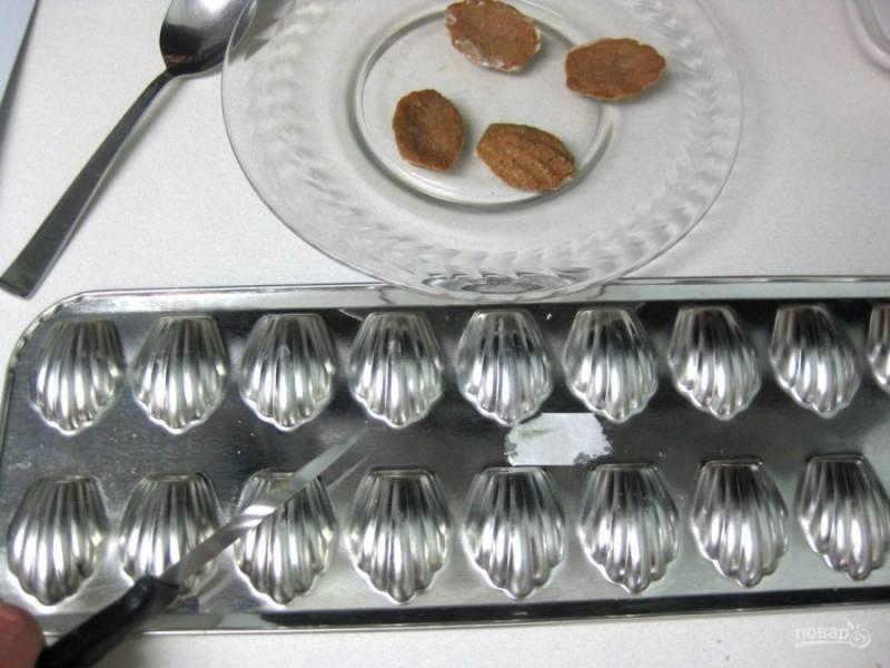 5.Достаньте формочки из духовки и переверните их, печенье само будет выпадать, а то, что застрянет, подковырните ножом.