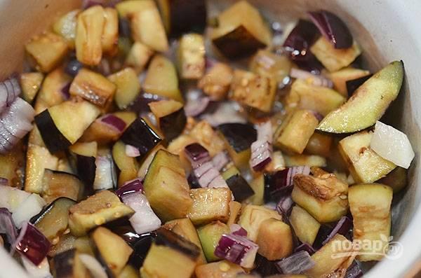 Баклажан, лук и чеснок нарежьте кубиком и обжарьте с добавлением масла около 7 минут.