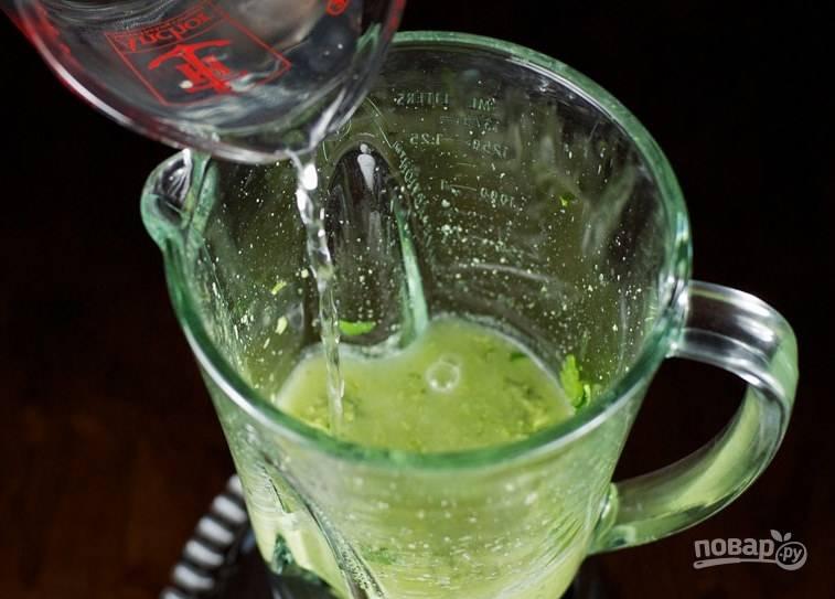Из лимона выжмите сок и добавьте в чашу блендера.