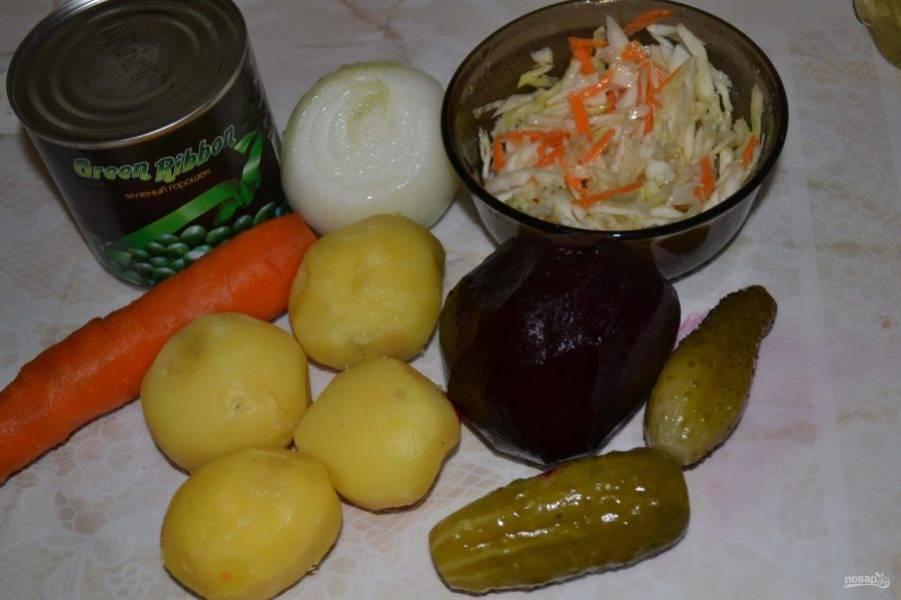 Для начала заранее отварите до готовности свеклу, картофель и морковь в подсоленной воде. Овощи остудите, а затем всё очистите.