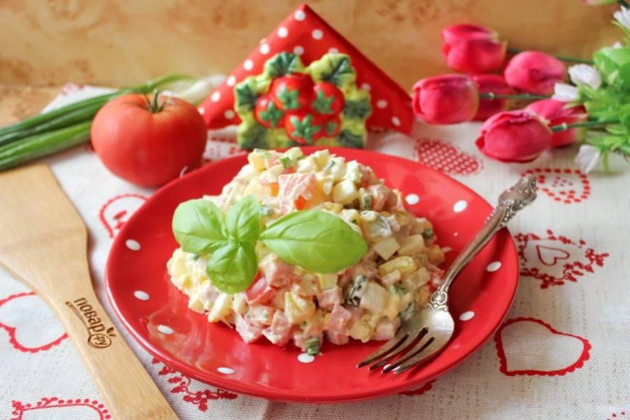 Салат с ветчиной и картошкой готов. Подавайте на закуску.
