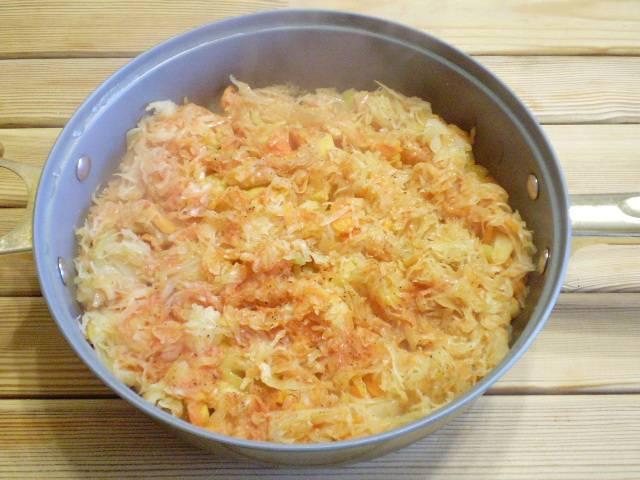 9. Овощное рагу с капустой готово. Перед самой подачей на стол посыпьте зеленью, добавьте сметаны. Приятного аппетита!