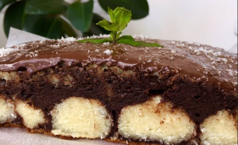 8. Когда пирог полностью остыл, отделите края от бортика формы ножом и извлеките пирожок. Поставьте его на решетку от духовки и полейте растопленным шоколадом, а затем присыпьте кокосовой стружкой. Получилось не только вкусно, но и красиво :)